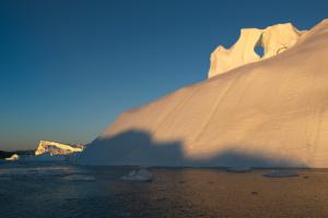 Grönland – Eisberge im Abendlicht